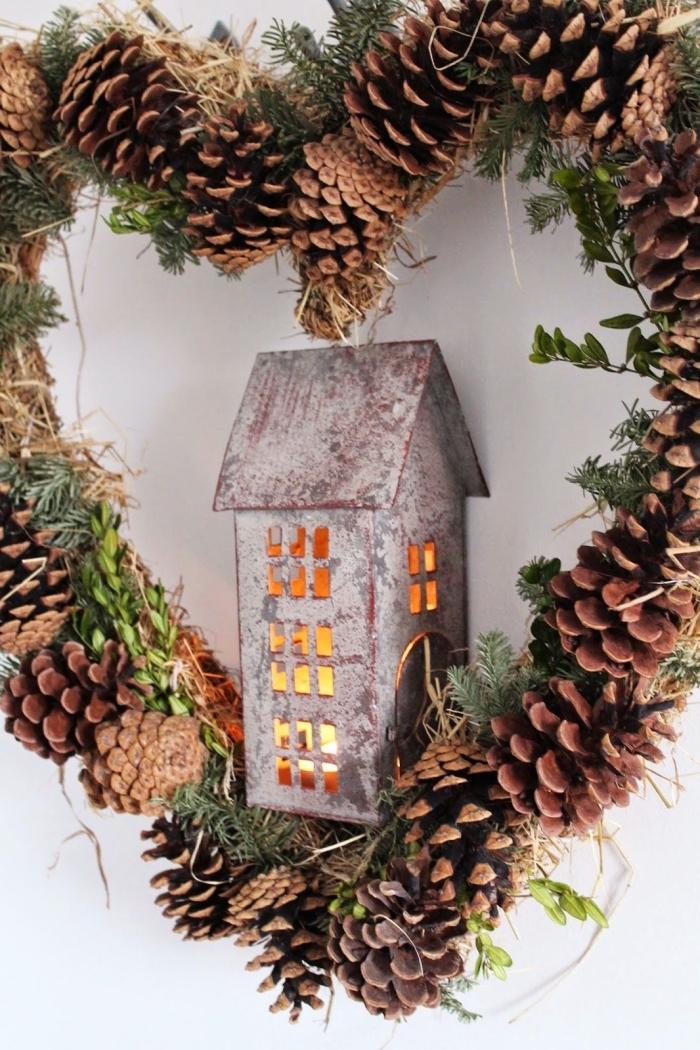 comment faire une jolie décoration de porte de Noël, exemple de bricolage noel facile, diy couronne de Noël avec pommes de pin