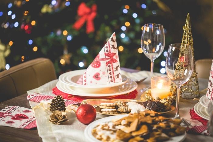 idée centre de table noel fait maison, comment dresser sa table de Noël, idée déco table de Noël avec pommes de pin