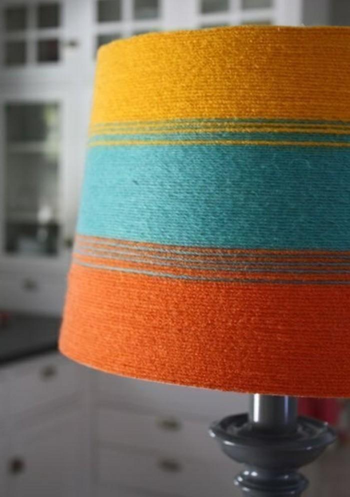 de-la-laine-enroulee-autour-d-un-abat-jour-simple-pour-fabriquer-un-abat-jour-originale-soi-meme