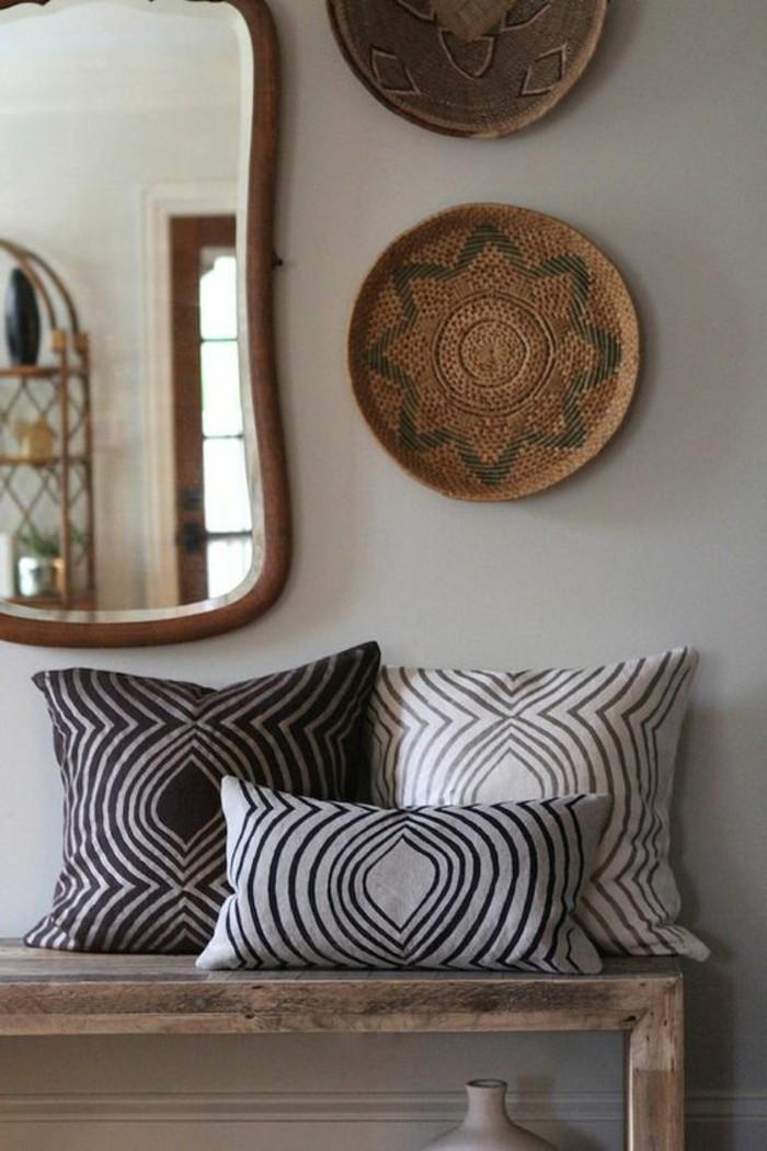 deco-africaine-miroir-banc-en-bois-coussins-exotiques
