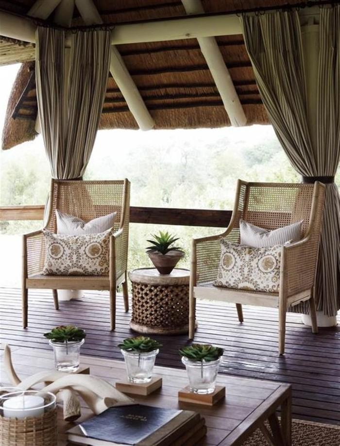deco-africaine-parquet-de-bois-livres-cornes-bougeoirs-chaises