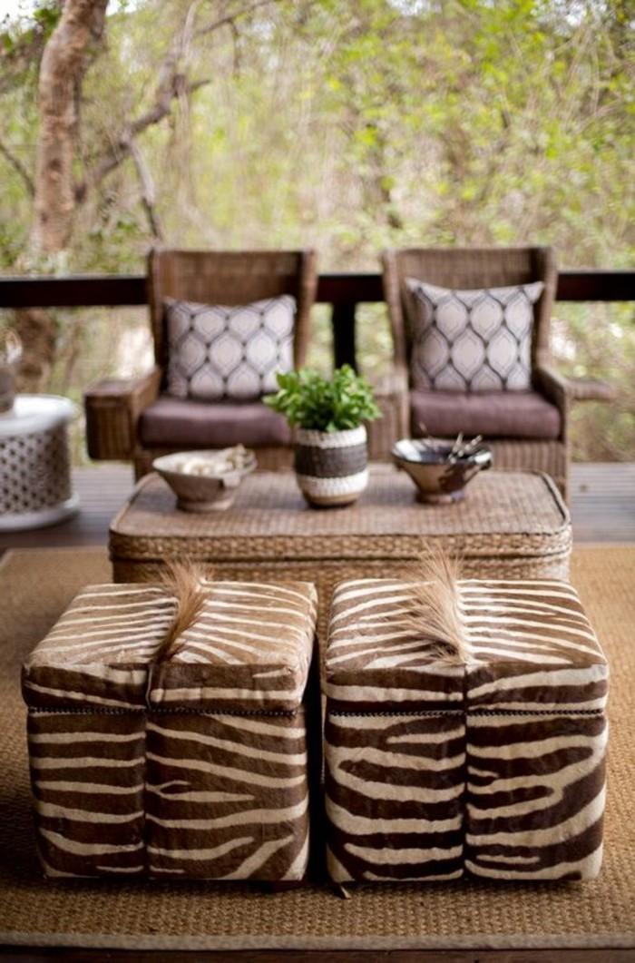 deco-africaine-tabouret-zebre-table-en-paille-fauteuils
