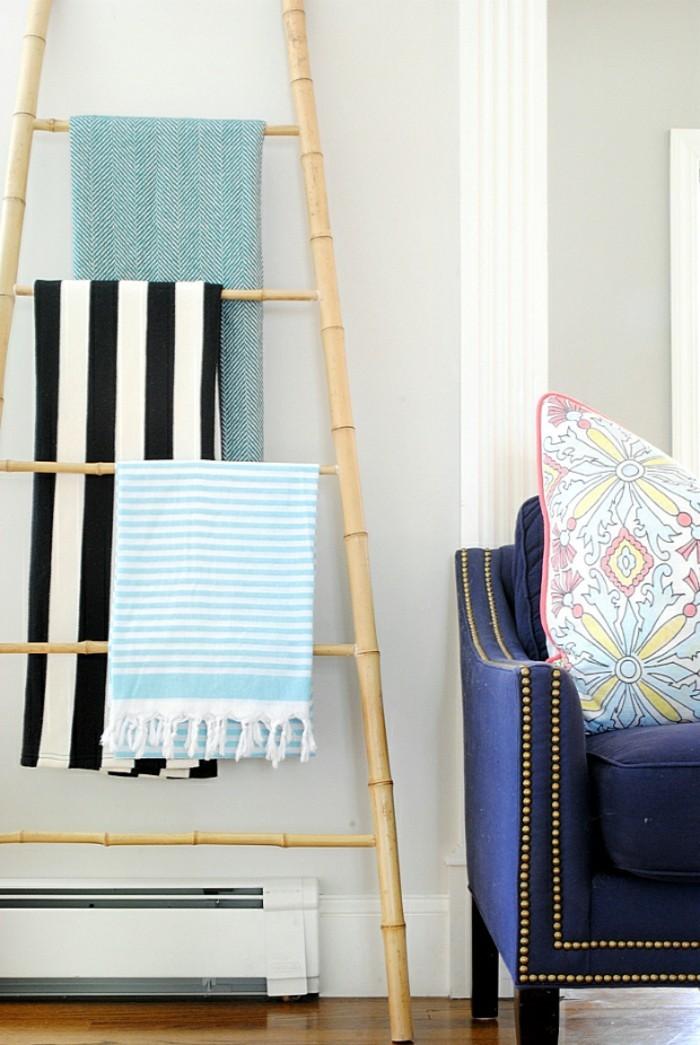 deco-bambou-echelle-decorative-a-serviettes-fauteuil-en-bleu-coussin-multicolore