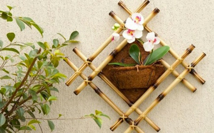 deco-bambou-murale-fleurs-artificielles-jardin-idee-facile-diy