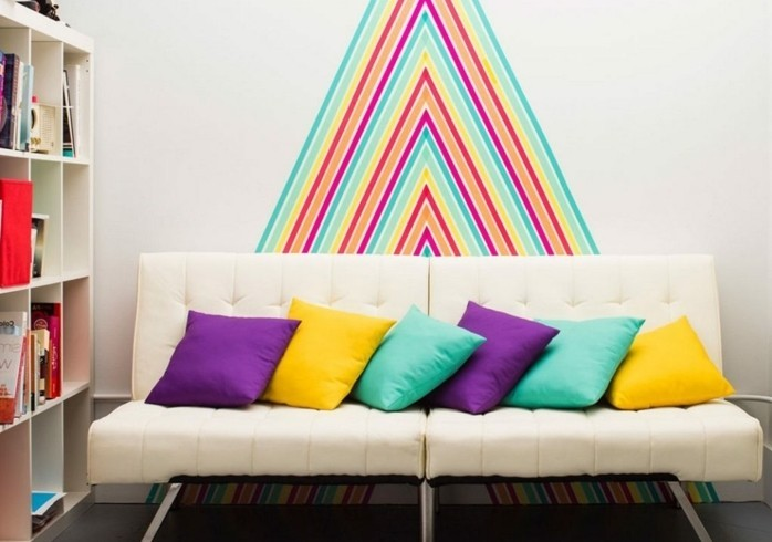 deco-murale-interessante-et-creative-des-bandes-de-couleur-differente-qui-constituent-une-decoration-de-scotch-decoratif-joyeuse-et-flashy