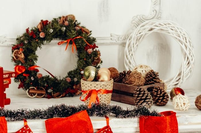 objets de déco Noël DIY, idée de decoration pomme de pin facile, exemple comment décorer une cheminée pour Noël