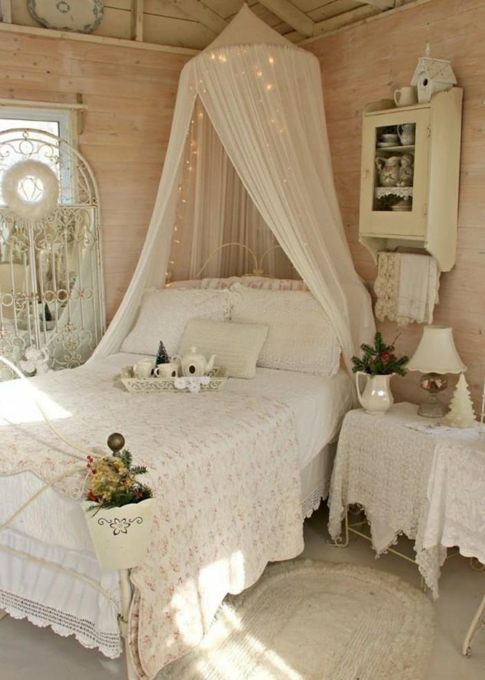 deco-romantique-lit-a-baldequin-etagere-maison-decorative-vase-sapin-bougie