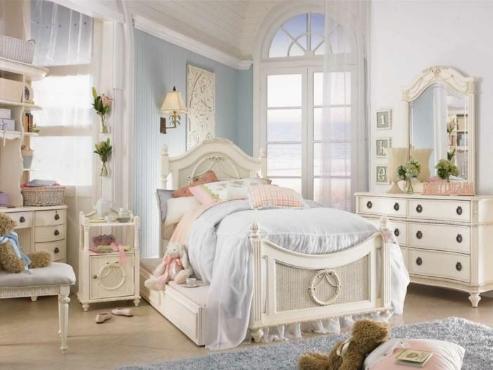 deco-romantique-peluches-lampes-tiroirs-fleurs-murs-en-blanc-et-bleu