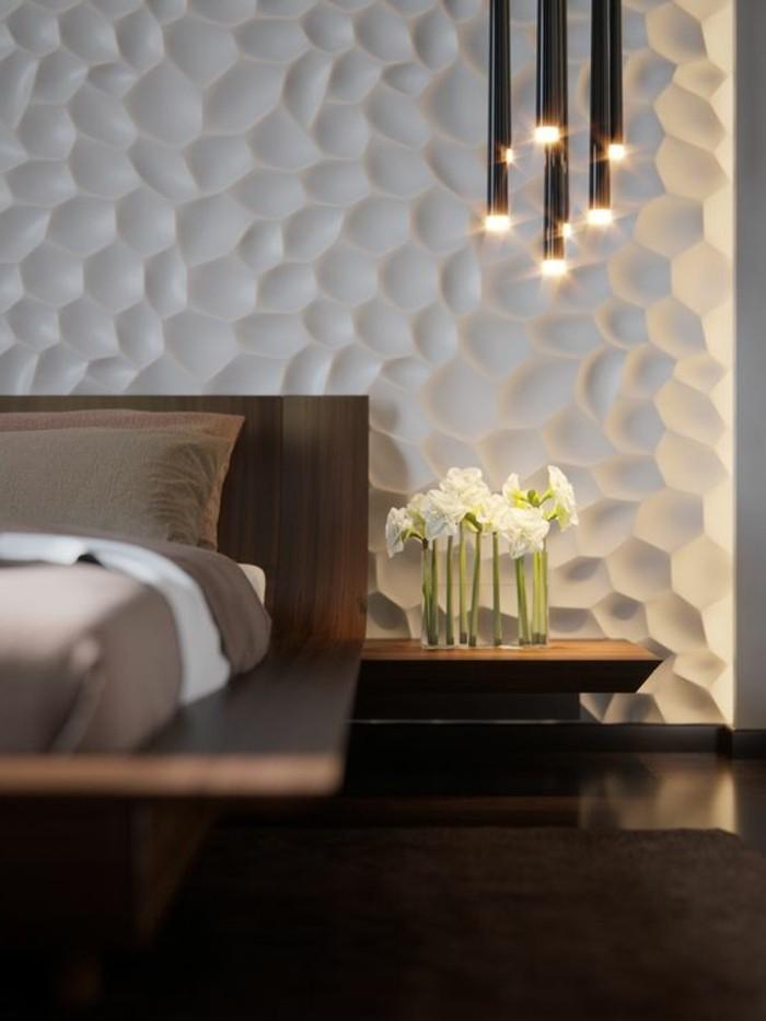 decoration-murale-blanche-fleurs-couverture-marron-et-blanc-coussins-marron-fonces