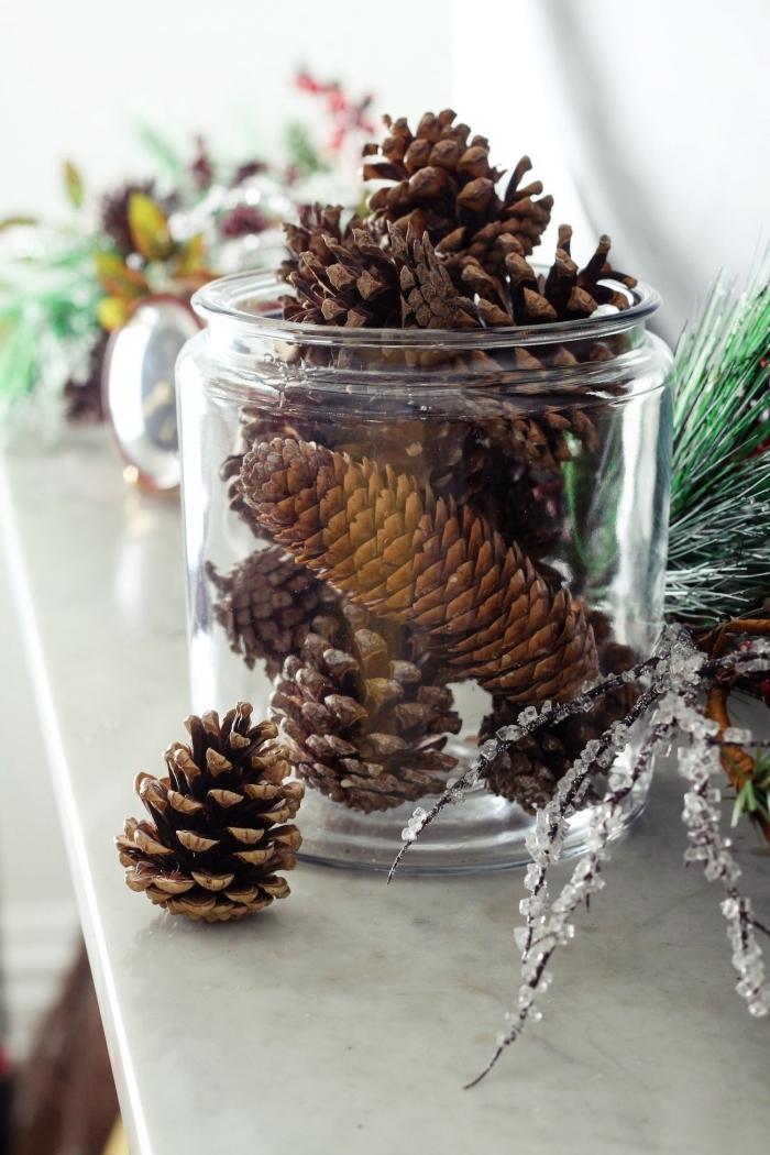 que faire avec un jar en verre, idée recyclage bocal en verre, bricolage pomme de pin, diy objet déco noel avec pommes de pin
