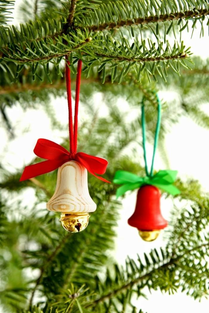 decoration-sapin-noel-sapin-de-noel-decore-petites-cloches-en-bois