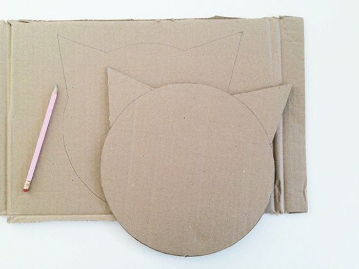 decouper-la-figure-du-chat-dans-le-carton-idee-comment-fabriquer-une-pinata-resized