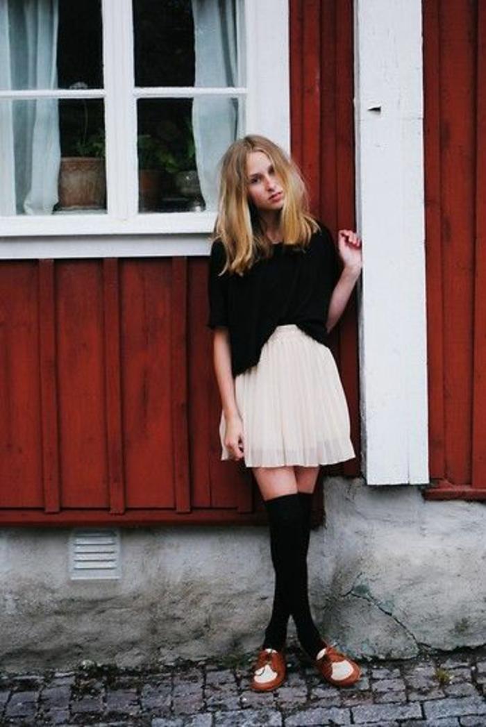 derbies-jupe-blanche-dessus-le-genoux-chaussettes-hautes-en-coton