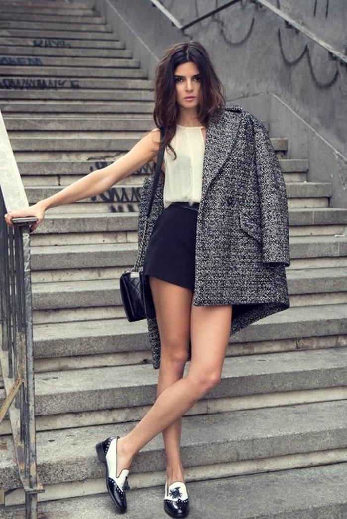 derbies-noir-et-blanc-top-en-soi-shorts-manteau-gris-chine-femme
