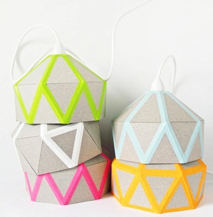 des-abat-jours-en-carton-decores-de-bandes-de-masking-tape-multicolore-modele-d-abat-jour-papier-carton