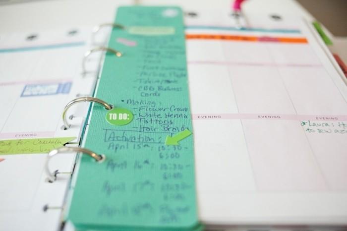 des-bandes-de-papier-scrapbooking-pour-ajouer-des-notes-importantes-idee-comemnt-customiser-son-agenda