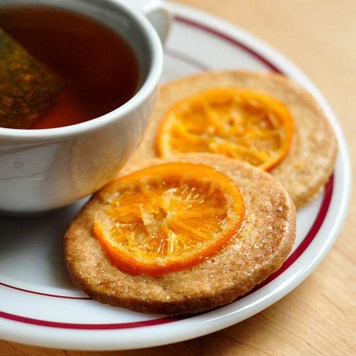 des-biscuits-servis-avec-des-orangettes-confites