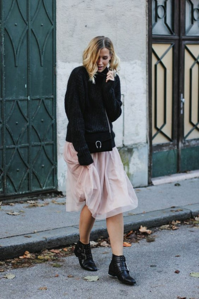 des-bottines-noires-a-boucles-tendance-chaussures-cloutees-pull-oversize