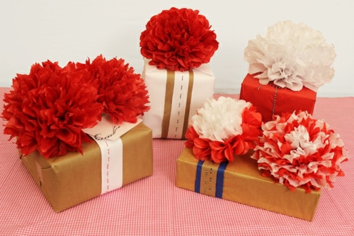 des-emballages-cadeau-embellis-de-superbes-fleurs-couleur-rouge-idee-superbe-comment-fabriquer-des-fleurs-en-papier