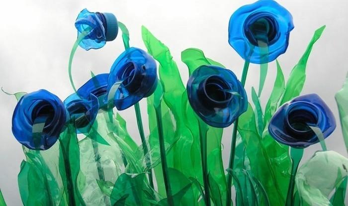 des-fleurs-bleues-fabriques-avec-du-plastique-recyclable-idee-diy-pour-une-decoration-artistique