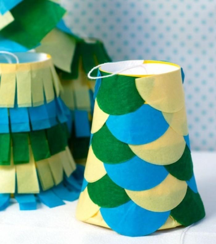 des-gobelets-transformes-en-pinatas-decorees-de-bandes-de-tissus-bleues-vertes-et-jaunes-idee-comment-faire-une-pinata