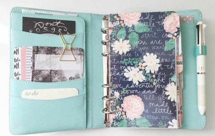des-poches-sur-la-page-de-garde-personnalisee-couverture-a-motifs-floraux-un-stylo