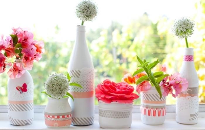 des-vase-de-fleurs-blancs-a-deco-masking-tape-qui-accueillent-de-jolies-fleurs-printanieres