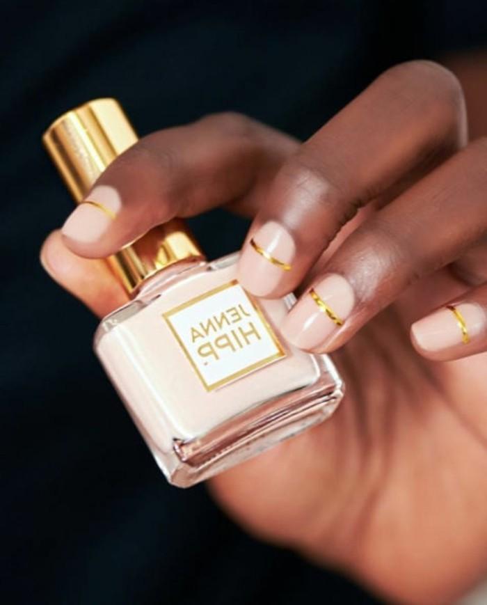 dessin-de-noel-facile-a-reproduire-sur-ongles-magnifique-en-rose-simple-manucure