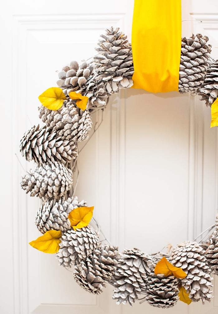 idée bricolage noel facile, fabriquer une couronne de noel en pommes de pin blanches, objet de déco Noël fait main