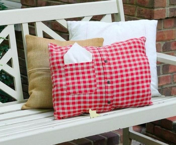 diy-coussin-chemise-ancienne-en-rouge-et-blanc-bouton-noirs-banc-en-bois