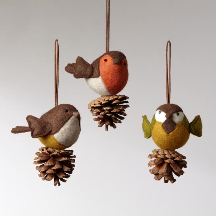 que faire avec des pommes de pin pour noel, diy ornement de sapin avec pomme de pin, oiseau en pomme de pin et tissu