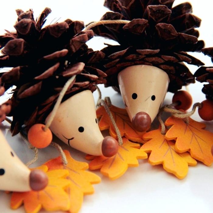 idée bricolage pomme de pin maternelle, faire des figurines animalières en pommes de pin, modèle hérisson en pomme de pin