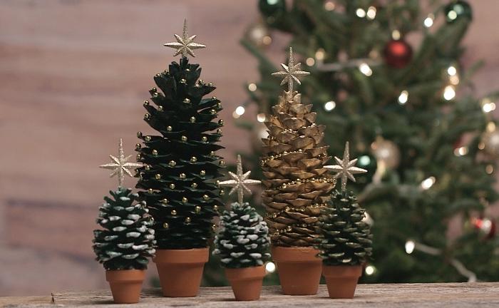 comment faire un sapin avec pomme de pin, idée jardin de mini sapin pour Noël, modèle de pomme de pin noel fait main