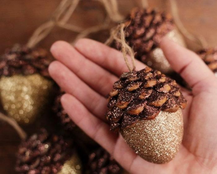 diy creation avec des pommes de pin, fabriquer un ornement de sapin en pommes de pin, diy ornement avec pomme de pin dorée
