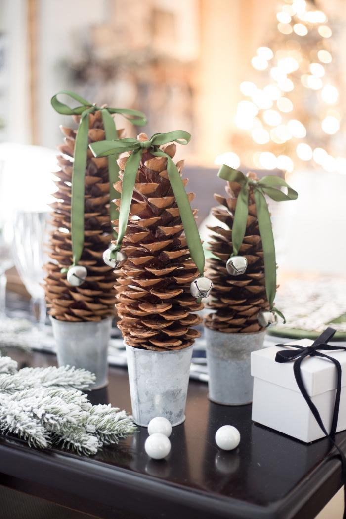 bricolage noel facile, réaliser des mini sapins en pommes de pin, comment faire un sapin facile et rapide, objet déco de Noël fait main