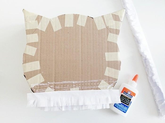 du-papier-de-soie-blanc-a-franges-a-utiliser-pour-decorer-la-tete-de-chat-idee-comment-faire-une-pinata-resized