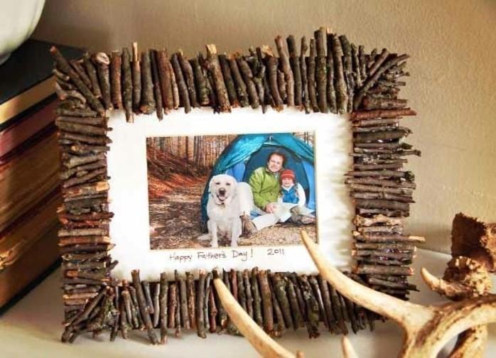 exemple-de-cadeau-fete-des-peres-a-fabriquer-soi-meme-fabriquer-cadre-photo-compose-de-petites-brindilles-de-bois-photo-pere-et-fils