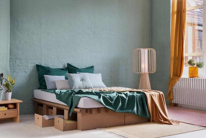 exemple fabriquer un sommier en carton avec des tiroirs matelas blanc linge de lit orange et vert mur peinture vert celadon