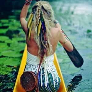 La plume dans les cheveux - un accessoire pour les femmes sauvages et libres