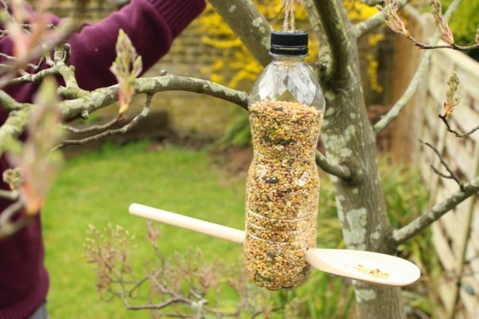 fabriquer-mangeoire-oiseaux-bouteille-plastique-diy-facile-cuillere-en-bois