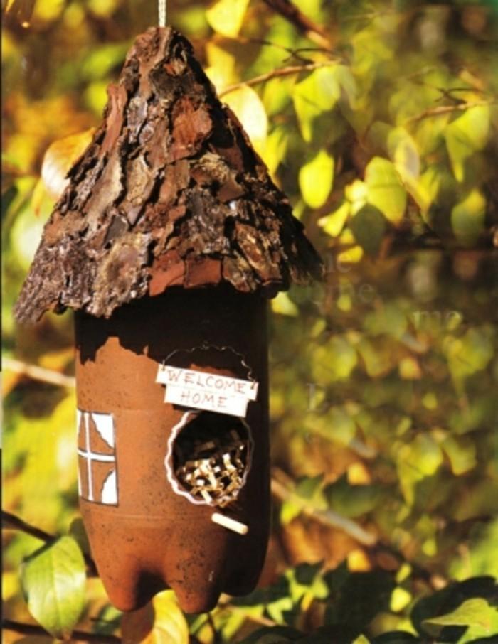 fabriquer-mangeoire-oiseaux-bouteille-plastique-idee-geniale-bienvenues-fenetre