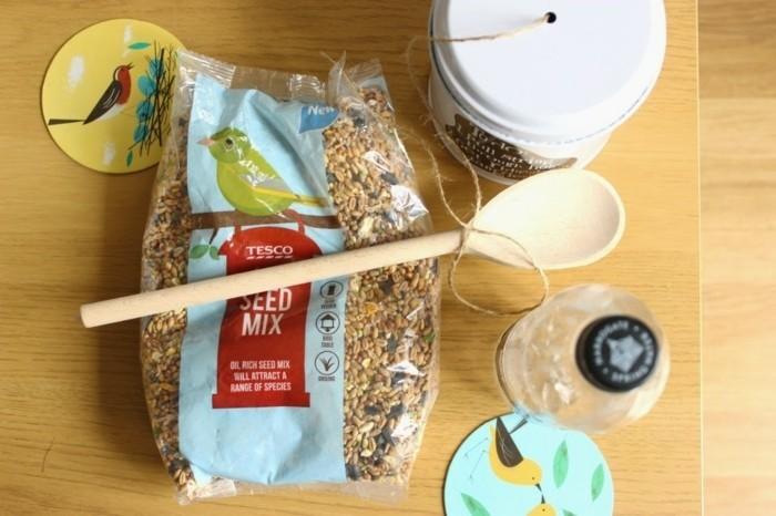 fabriquer-mangeoire-oiseaux-bouteille-plastique-materiaux-disponibles-idee-simple-a-realiser