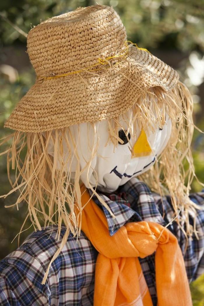 fabriquer-un-epouvantail-foulard-orange-et-chemise-a-carreaux