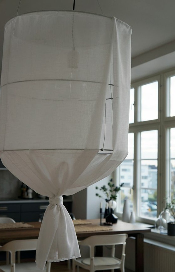fabriquer-un-abat-jour-a-partir-de-tissu-blanc-idee-diy-pour-un-interieur-simple-depouille
