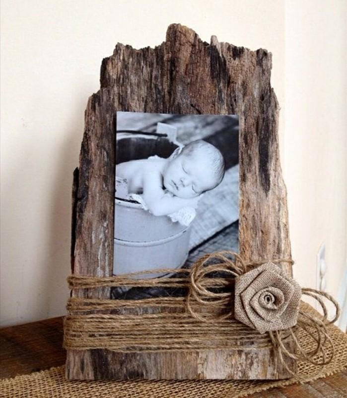 fabriquer-un-cadre-photo-a-partir-d-une-piece-de-bois-brut-decore-d-un-ruban
