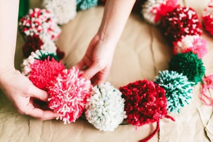 fabriquer-un-pompon-boules-en-laine-rose-vert-rouge-blanc