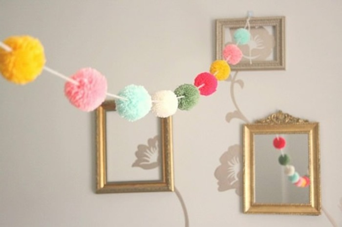 fabriquer-un-pompon-cadres-photos-dores-miroir-guirlandes