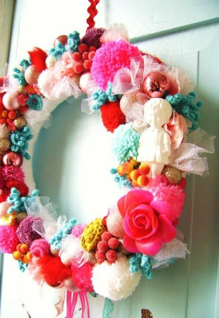 fabriquer-un-pompon-fleur-rose-guirlande-porte-boules-blanches-et-roses