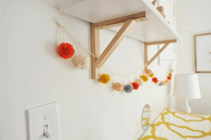 fabriquer-un-pompon-guirlande-etagere-lampe-cadre-photo