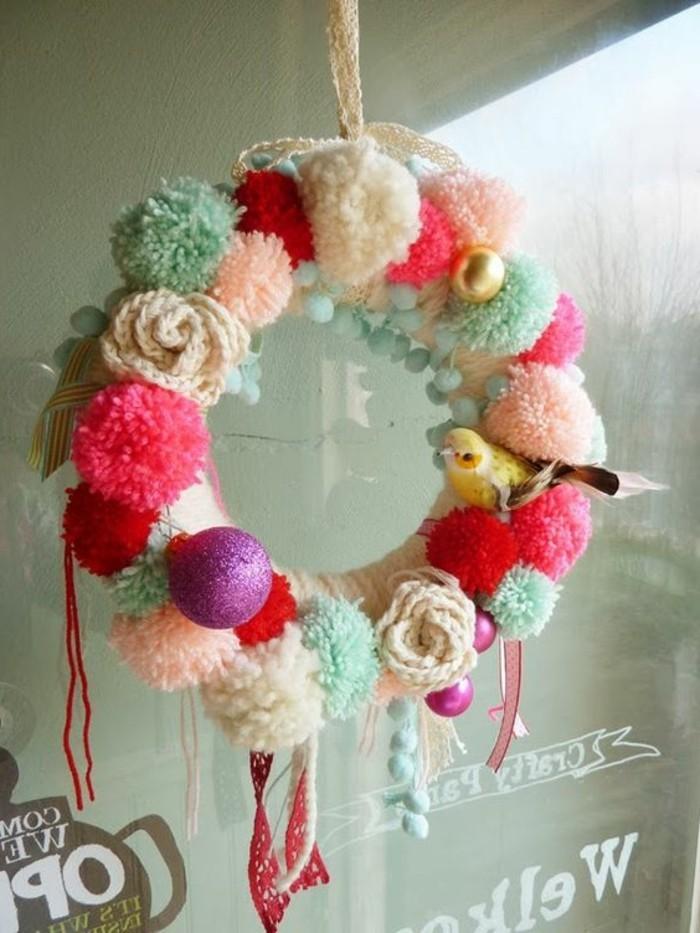 fabriquer-un-pompon-guirlande-decorative-fleurs-et-boules-en-laine